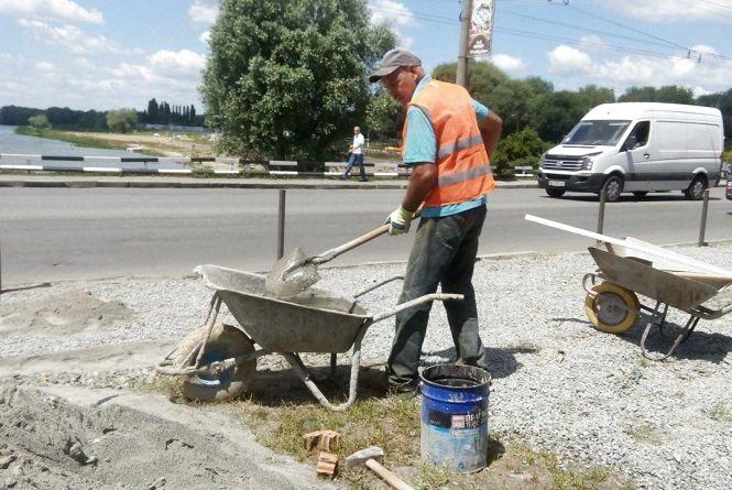 Біля «Оазису» будують нову пішохідну доріжку