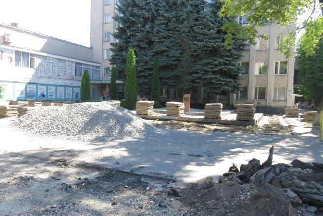 На перехресті Соборної та Героїв Майдану облаштовують місце під меморіал Героям Небесної сотні