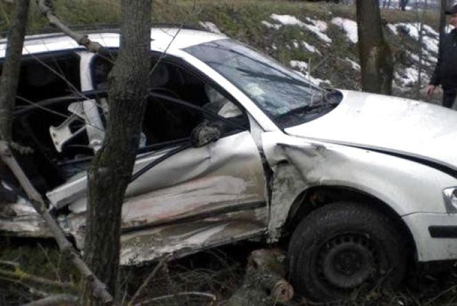 """У Деражнянському районі """"Volkswagen"""" влетів у дерево. Водій помер у лікарні"""