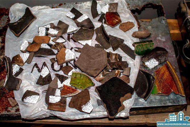 """Унікальний посуд та стародавні споруди.  У Сатанові археологи відкопали багато """"скарбів"""""""