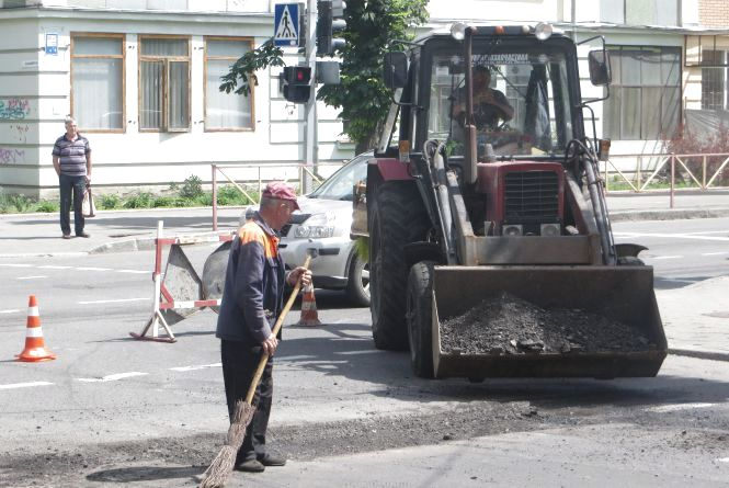 Фото дня: рух на Володимирській перекрили. Комунальники латають ями