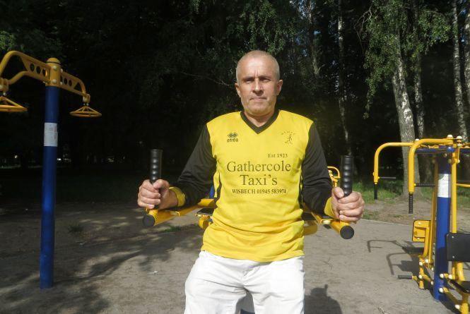 Так тримати! 61-річний Анатолій Закордонець розминається, щоб менше ходити до лікарів