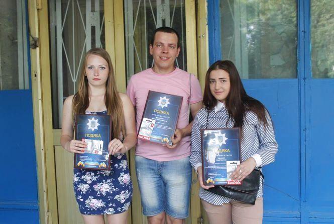 Поліція нагородила дівчат, які допомогли затримати грабіжника