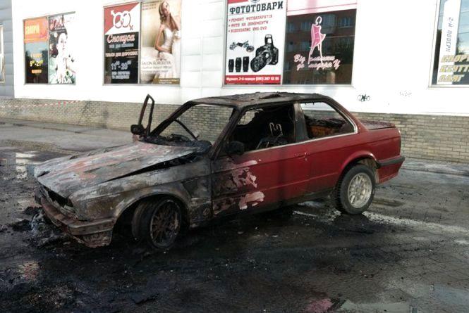 Біля «Фуршету» на Свободи вибухнув «BMW»