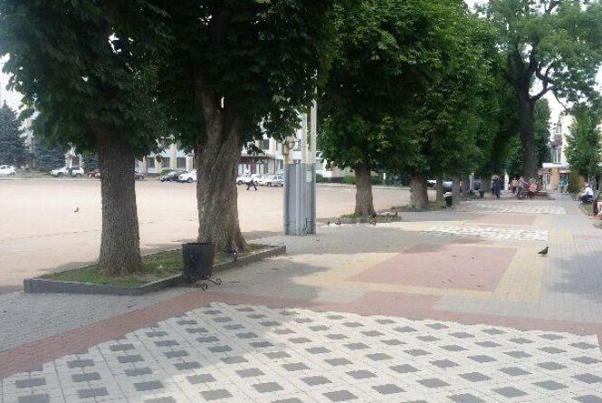 Фото дня: з майдану Незалежності забрали лавочки