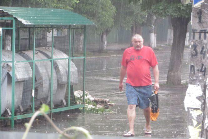Не забудьте парасольки! З самого ранку Хмельницький заливає дощем