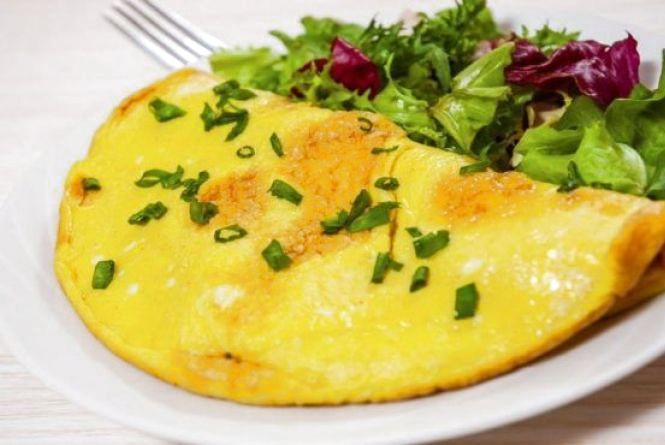 Сніданок за 5 хвилин: як приготували омлет з сиром