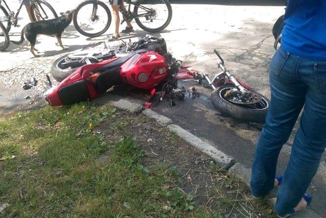 """На Проскурівського підпілля мотоцикл влетів у """"Toyota"""". Водій у лікарні"""