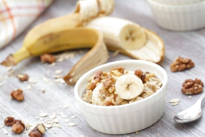 Сніданок за 5 хвилин: як приготувати запечену вівсянку з бананом
