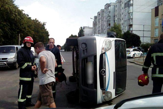 На перехресті Прибузької і Свободи зіткнулись «Fiat» і «Opel». Одна автівка перекинулась
