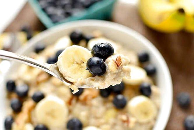 Сніданок за 5 хвилин: як приготувати вівсянку з бананом і чорницею