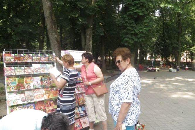 У сквері Шевченка відкрили літню бібліотеку під відкритим небом