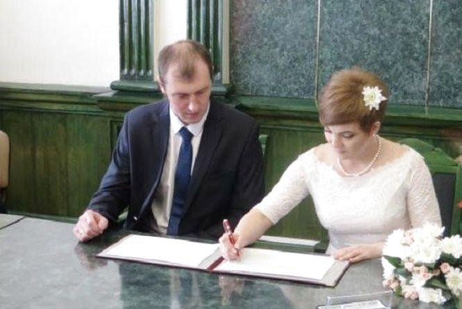 """На Хмельниччині """"за добу"""" одружилося 250 пар"""