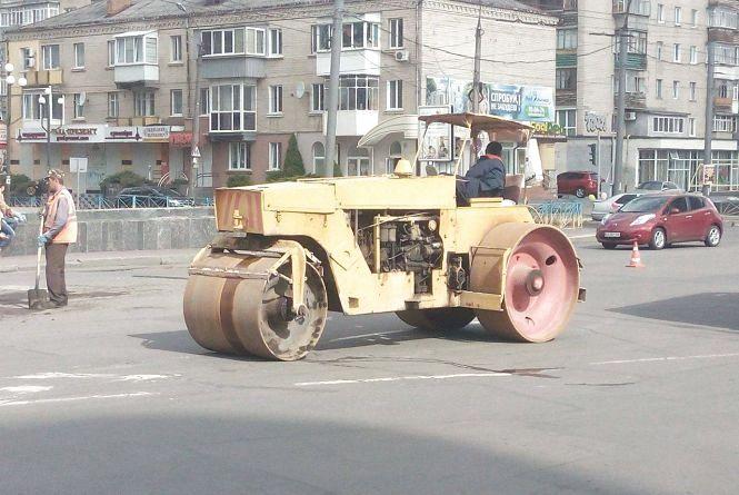 """Фото дня: на Кам'янецькій комунальники """"латають"""" ями"""