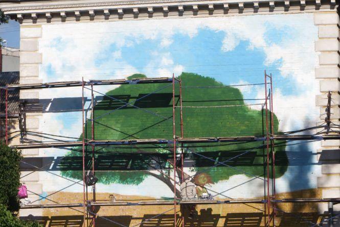 Фото дня: на Володимирській малюють новий мурал