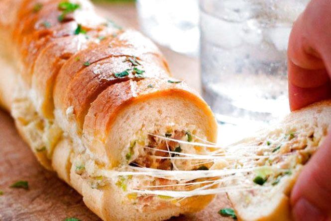 Сніданок за 5 хвилин: як приготувати багет із сиром і беконом