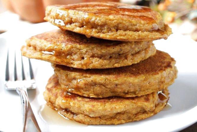 Сніданок за 5 хвилин: як приготувати млинці з вівсянки і яблук