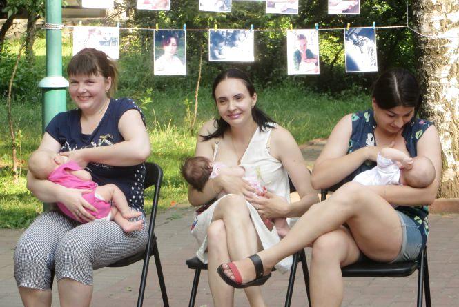 У сквері Шевченка немовлят годували груддю, а татусі спробували себе у ролі перукарів