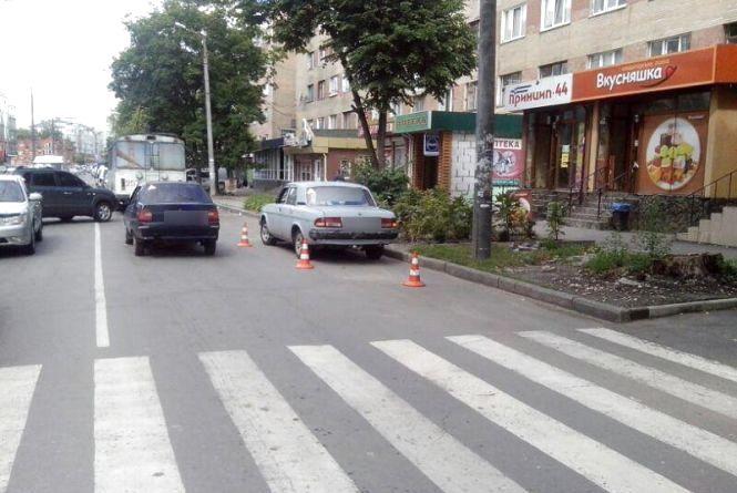 """На Зарічанській """"Волга"""" збила 50-річного чоловіка. Він йшов по """"зебрі"""""""