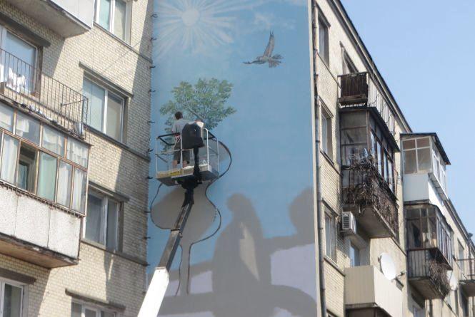 На будинку біля філармонії малюють ще один стріт-арт