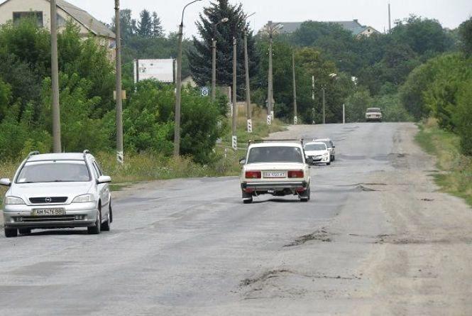 Служба автодоріг Хмельниччини звинувачує в поганих дорогах водіїв вантажівок . Назвали ушкоджені ділянки