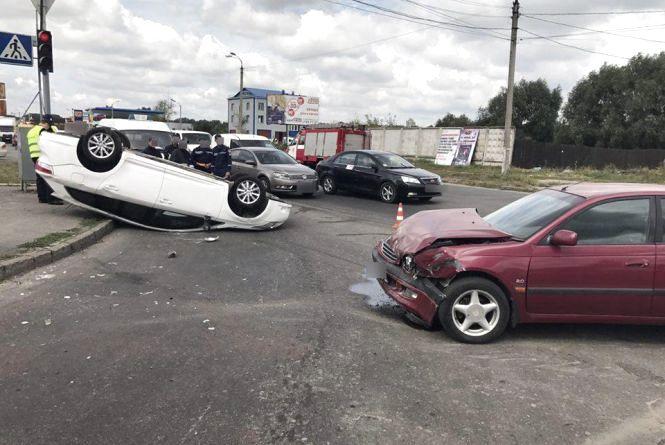 ДТП на перехресті Трудової і Прибузької:  перекинулася Toyota, є постраждалі