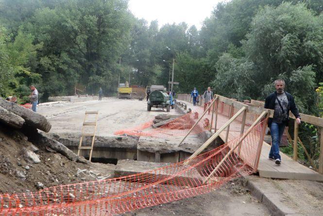 Другий тиждень ремонту Старокостянтинівського мосту: що заважає роботі