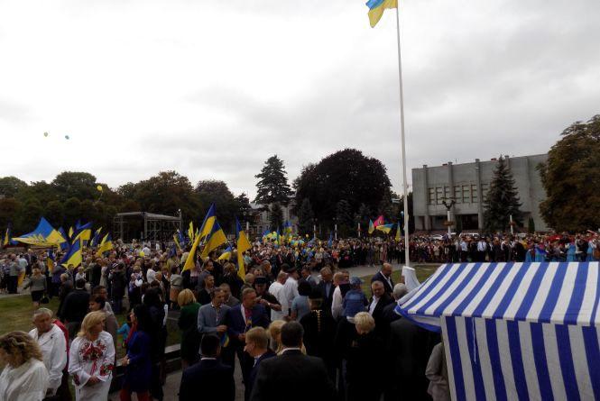 """У  Хмельницькому під крики """"Слава Україні"""" підняли жовто-блакитний стяг"""