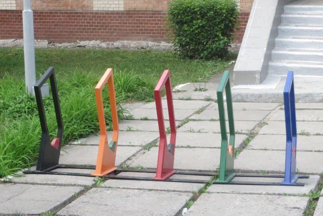 Фото дня: біля хмельницьких шкіл поставили нові велопарковки