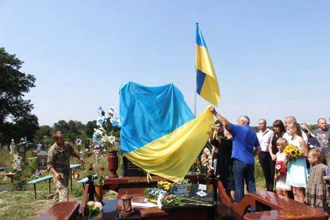 На Хмельниччині відкрили пам'ятник загиблому в АТО Роману Власюку