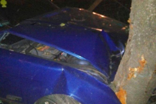 На Проскурівській п'яний на «BMW» влетів у дерево