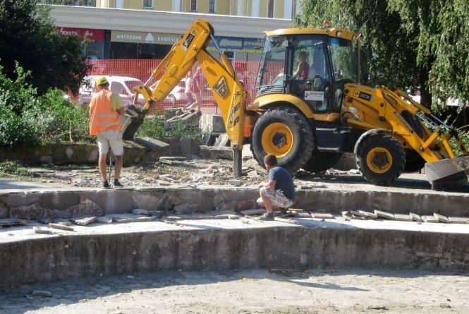 """Біля """"Сілістри"""" зривають стару плитку - почали ремонт площі"""