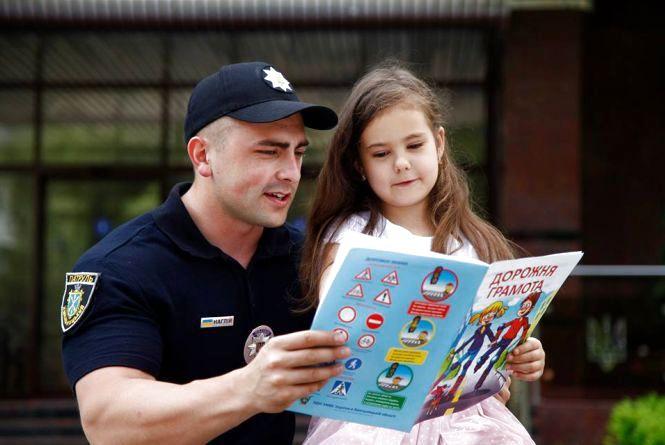 Фотографувалися, просили автографи та ставили запитання: так пройшла зустріч поліцейських зі школярами Хмельниччини