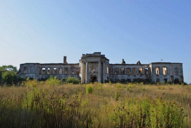 «Незнана Хмельниччина»: палац Сангушків і цвинтар-музей у 600-літньому Ізяславі