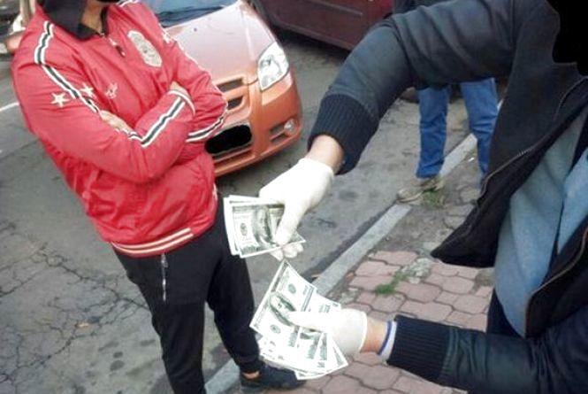 Черговий скандал із хабарами у Хмельницькому. Затримали ще двох активістів-вимагачів