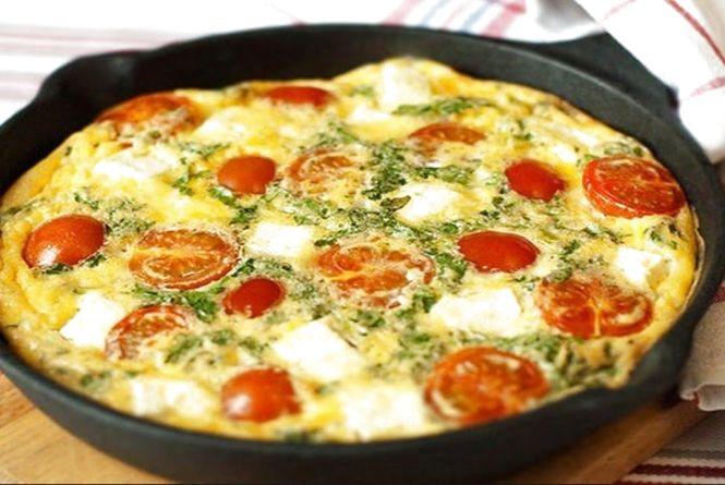 Смачний і швидкий сніданок: як приготувати омлет з помідорами