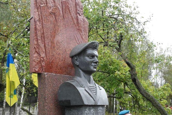 У пам'ять про героя: в Ізяславі встановили погруддя Олександра Кушнірука