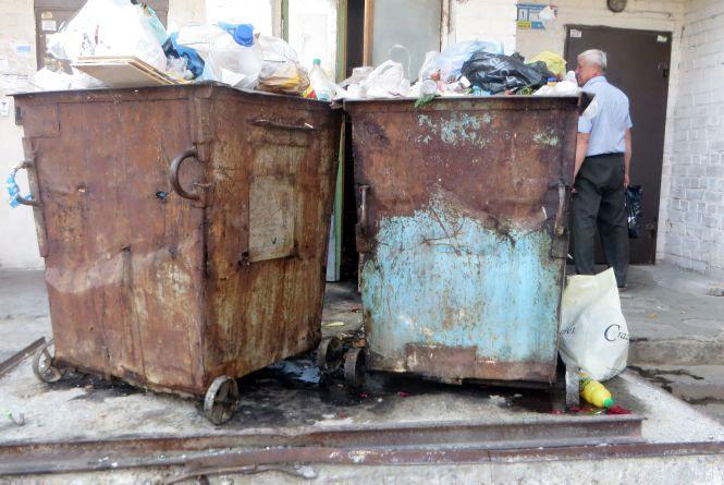 """Діряві баки і смердючі калюжі. Мешканці Зарічанської скаржаться, що двір """"потопає"""" у смітті"""