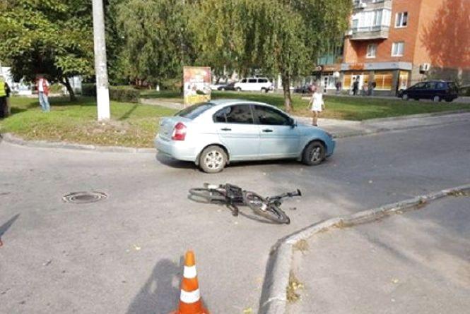 На Зарічанській автомобіль збив велосипедиста