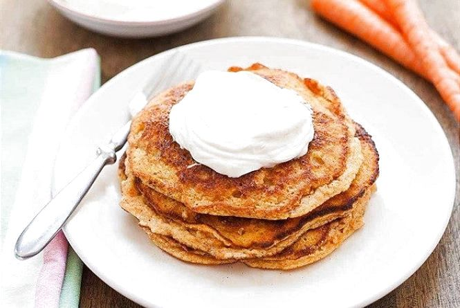 Смачний та швидкий сніданок: як приготувати морквяні оладки з сиром