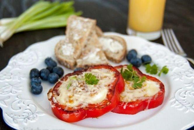 """Смачний та оригінальний сніданок: як приготувати перець """"фарширований""""  яйцем"""