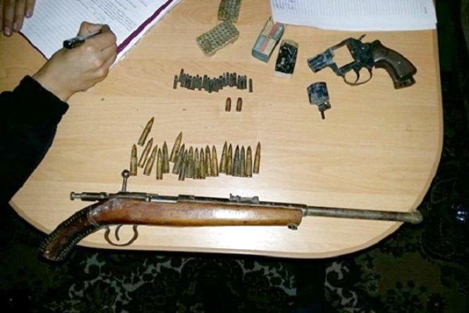 Тільки вийшов із в'язниці й знову може сісти: у хмельничанина виявили зброю з боєприпасами