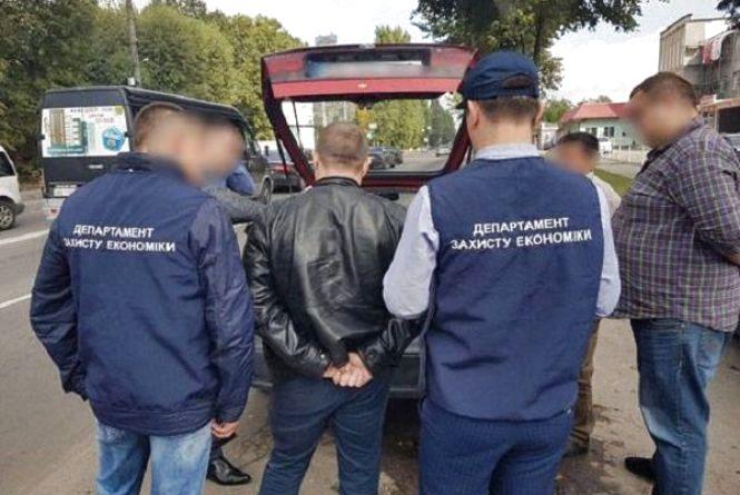 Чоловік, якого затримали з хабарем на Кам'янецькій, не є працівником РДА - прокуратура