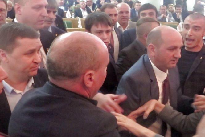 Скандал в Хмельницькій облраді: депутати штовхалися через російську мову (ВІДЕО)