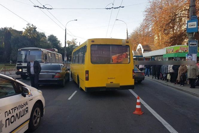 На Кам'янецькій автобус зіткнувся з автомобілем «Mercedes»