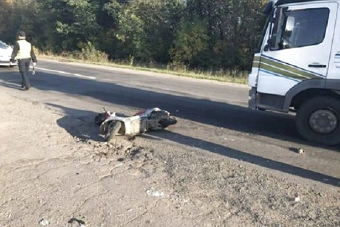 На Хмельниччині жінка на скутері потрапила під колеса автомобіля «Mercedes»