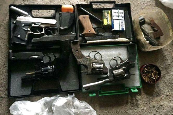 Працівники СБУ затримали хмельничанина, який продавав незаконну зброю
