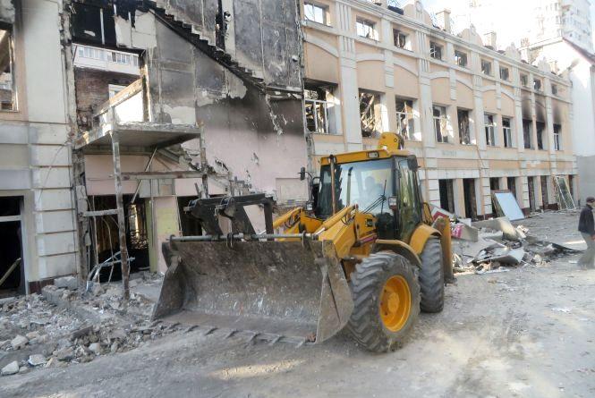 На Старокостянтинівському шосе розбирають згорілу меблеву фабрику