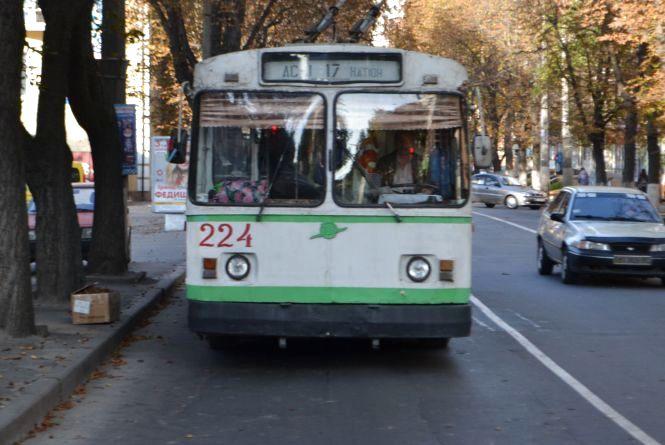 """Щоб з даху не текло: """"Електротранс"""" відремонтує старий тролейбус за 1,2 мільйона"""