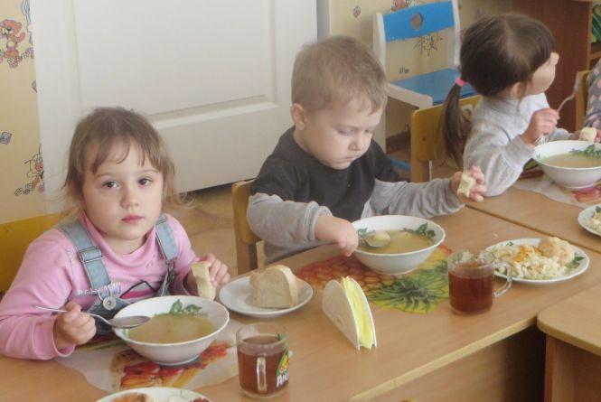 Хто привозить продукти у хмельницькі ДНЗ і чим годують дітей за 17 гривень